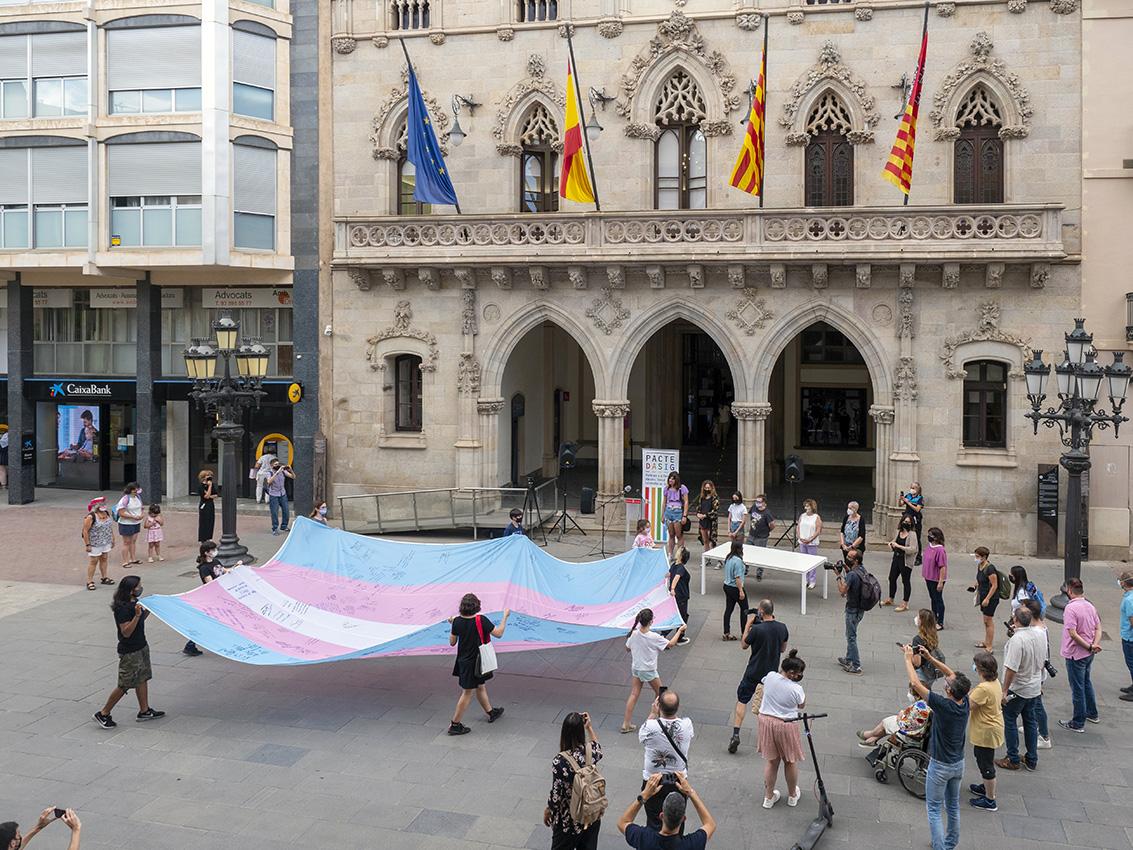 Recepció de la bandera Trans a l'atri de l'Ajuntament | Miquel Badia BCF