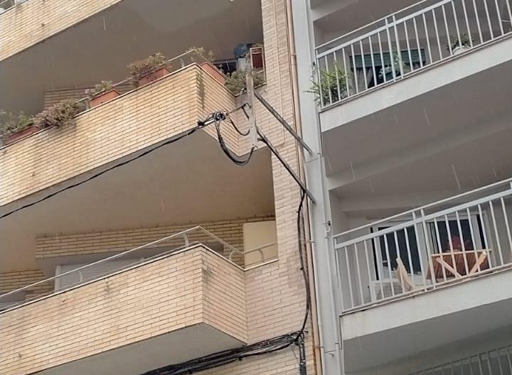 El cablejat elèctric de la façana ha quedat afectat i ha deixat sense llum un bloc de pisos | Javier Juarez