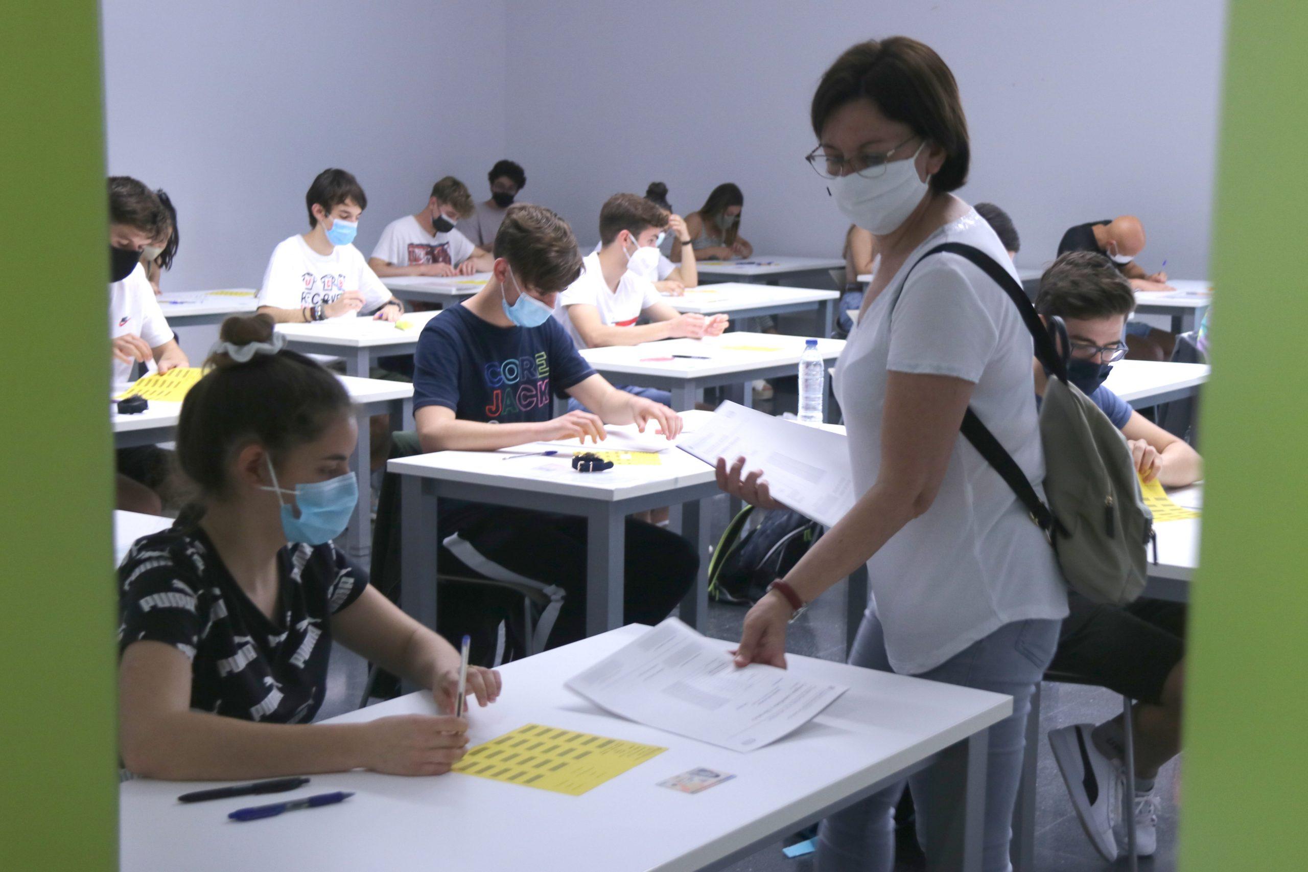 Una professora repartint exàmens/ACN