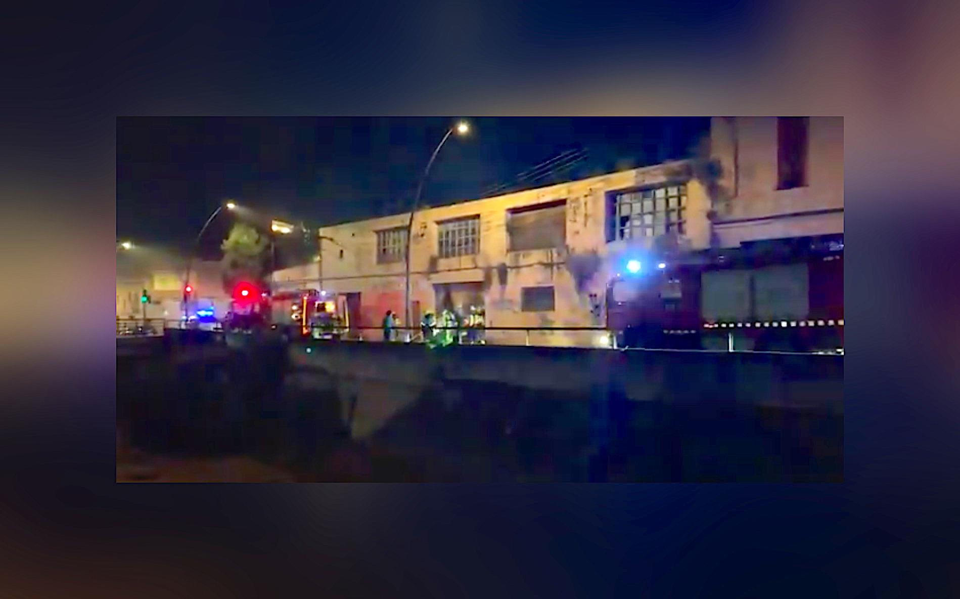 Incendi una antiga fàbrica abandonada a la ronda de Ponent cantonada amb l'avinguda Joaquim Sagrera