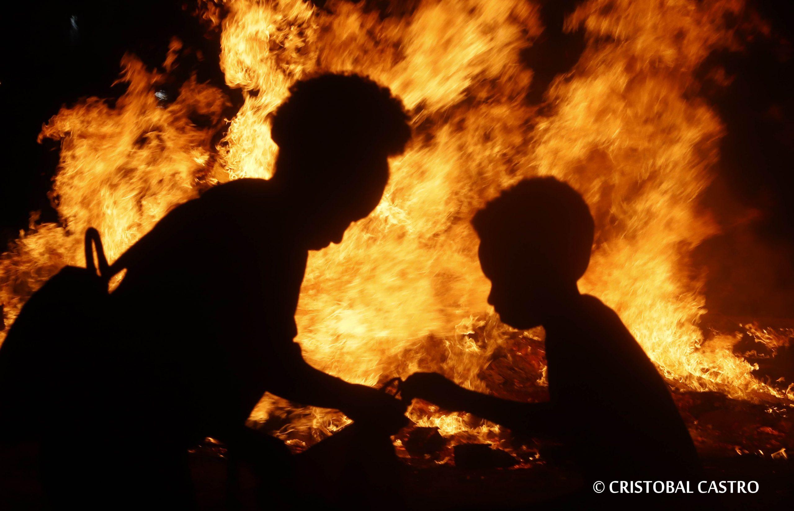 23.6.2021. Terrassa. Hoqueras en la noche de San Juan . © Foto: Cristóbal Castro.