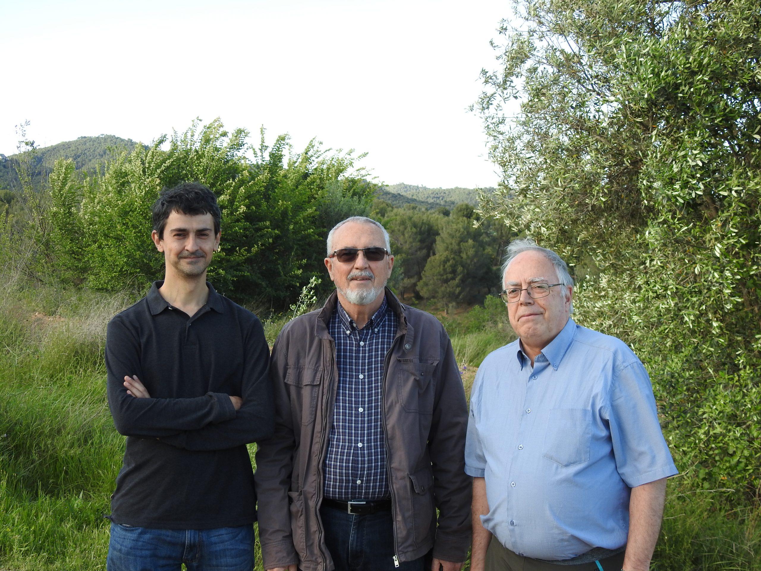Els autors del llibre Àngel Manuel Hernández i Antoni Comellas, amb l'il·lustrador Albert Masó   Cedida