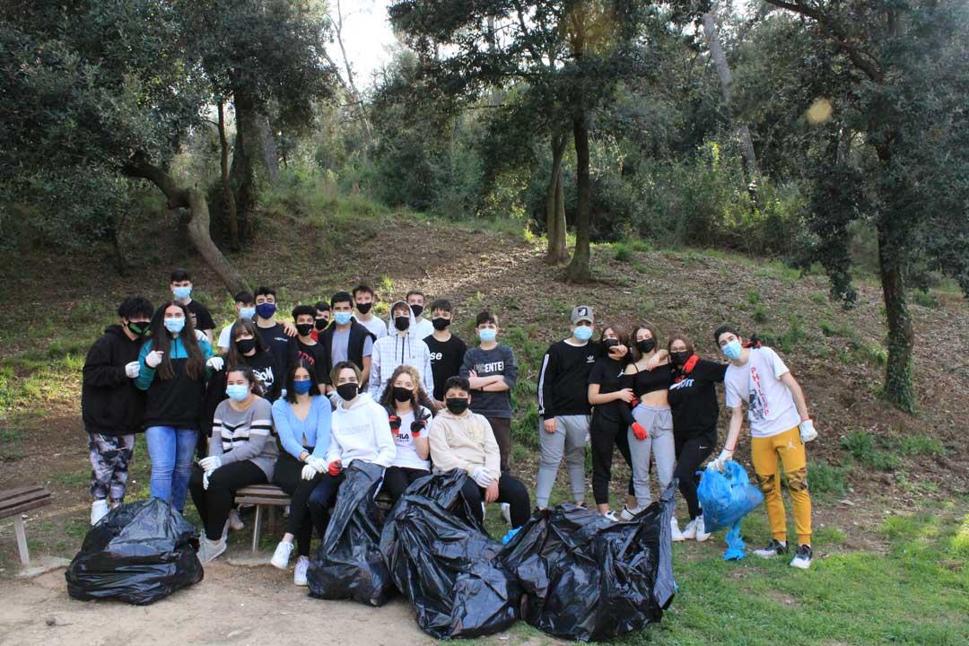 Els estudiants en la jornada de neteja de la serra dels galliners | Adenc