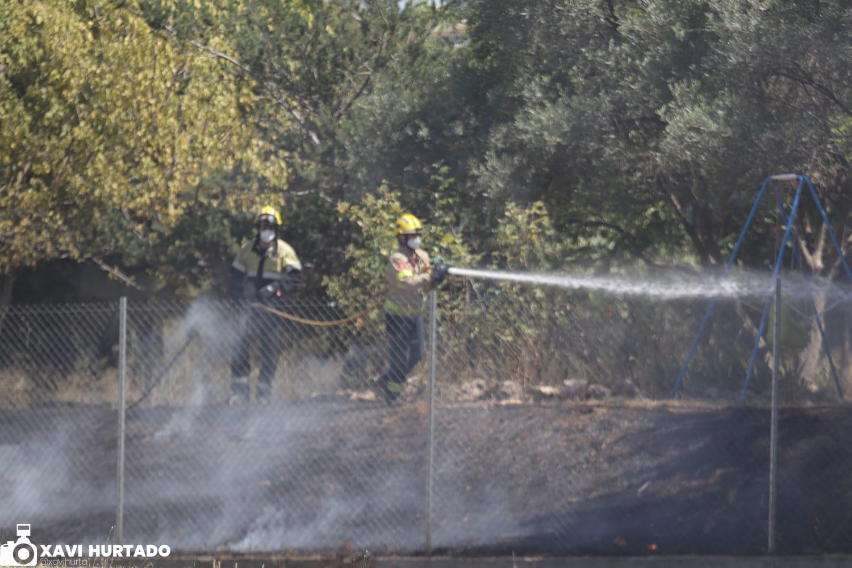 Bombers extingeixen un incendi en un solar de Roc Blanc | Xavi Hurtado