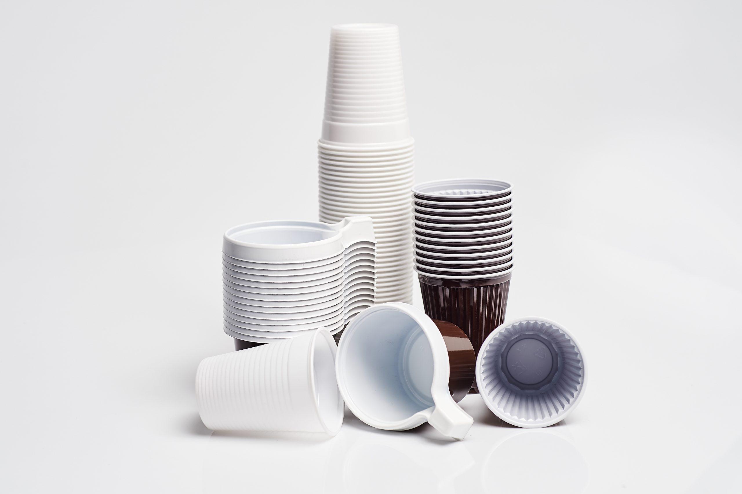 Imatge de productes d'un sol ús fets amb plàstic/ACN
