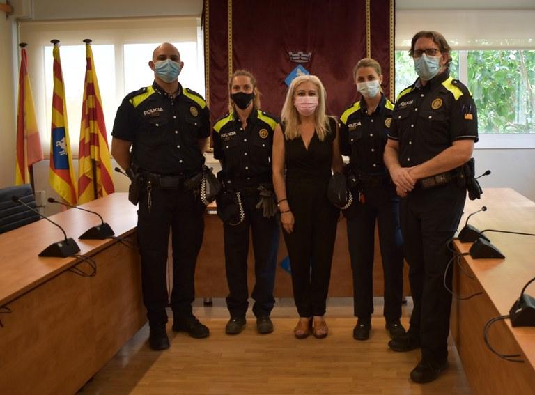Els quatre nou agents amb l'alcaldessa Cesca Berenguer   Aj. Viladecavalls