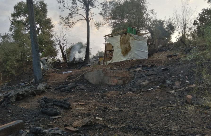Un incendi de nit-matinada crema barraques, arbres i horts a Terrassa