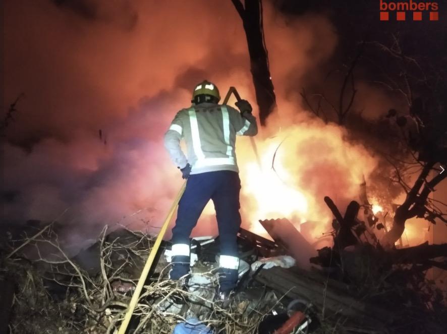 Un incendi de nit-matinada crema barraques, arbres i horts a Terrassa/Bombers de la Generalitat