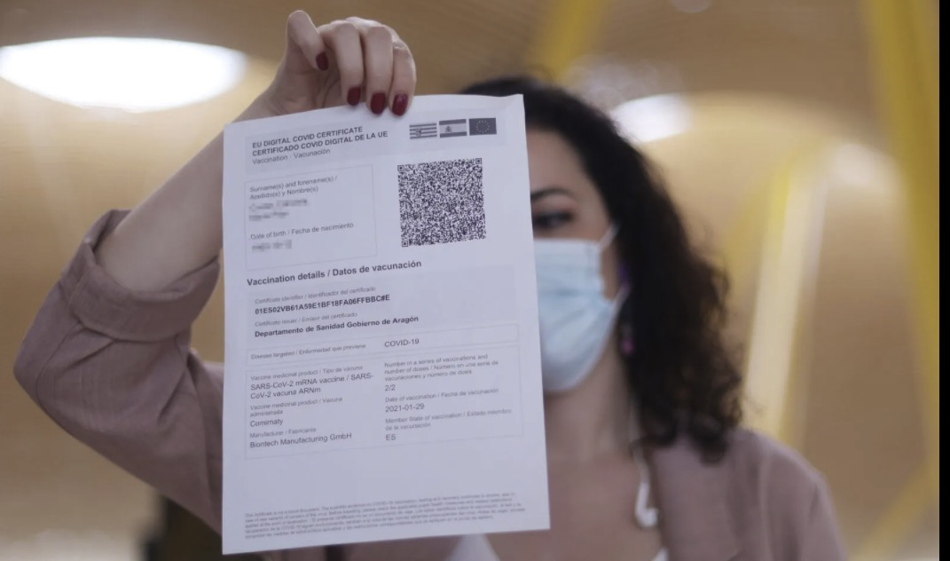 Una dona mostra el certificat COVID Digital de la Unió Europea / Europa Press