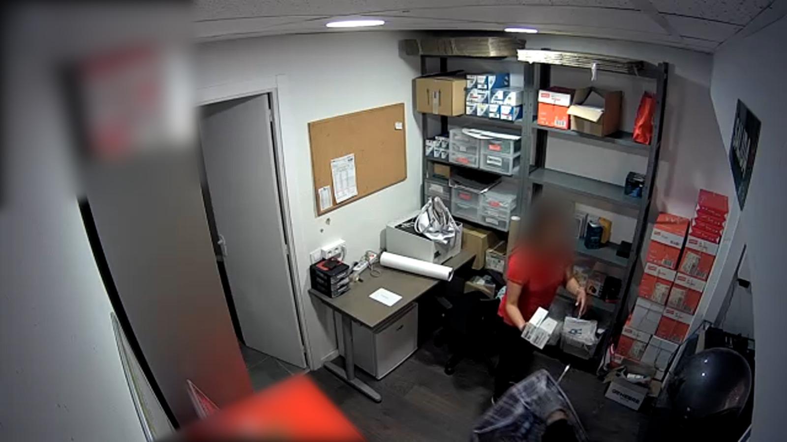 Captura de la càmera de seguretat d'un dels establiments atracats   Mossos