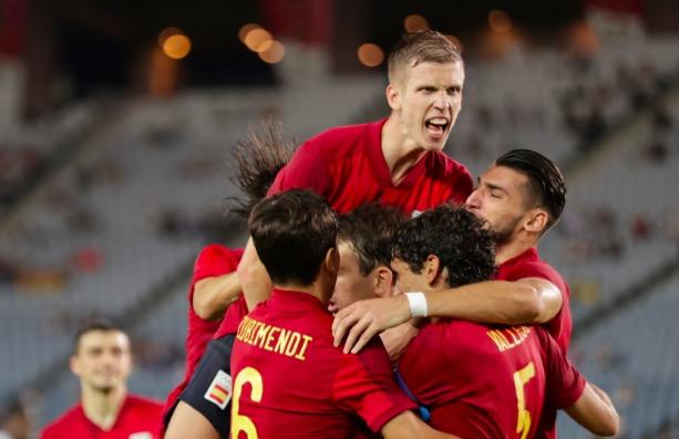 Els jugadors de la selecció, amb Olmo, celebrant un dels gols | SEFUTBOL