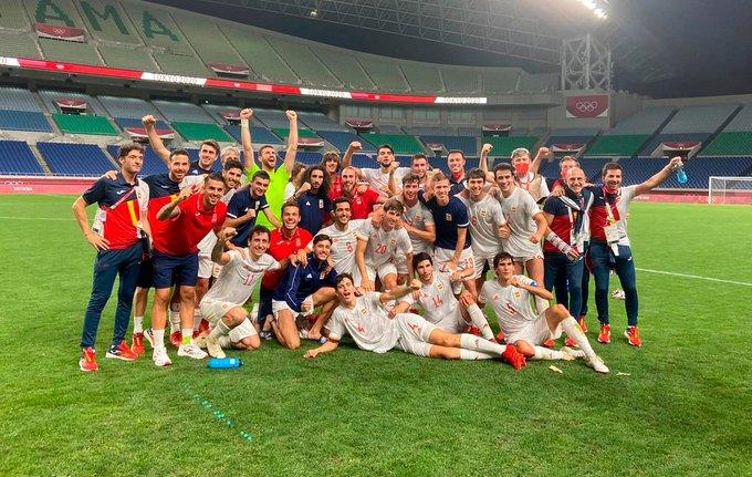 La selecció espanyola celebrant la victòria i el pas a la final | SEFUTBOL