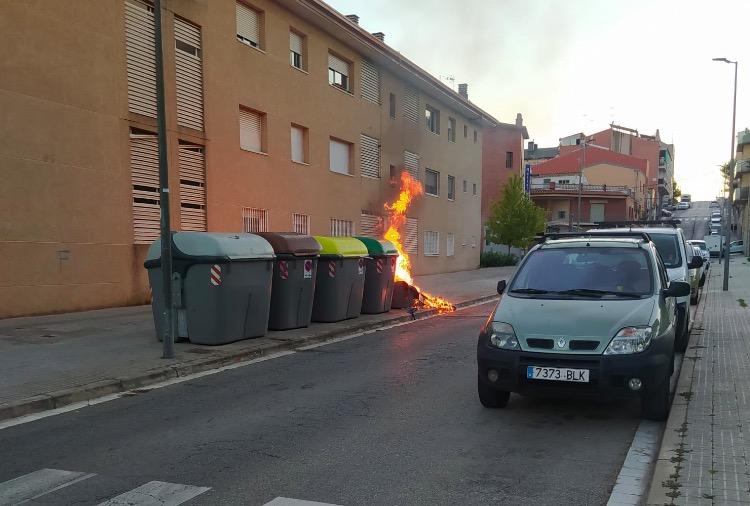 Incendi de contenidors al carrer Sicília de Terrassa   Cedida
