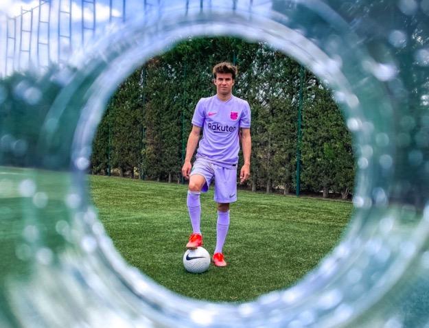 Riqui Puig, amb la segona equipació del Barça de la temporada 2021-22 | FCB