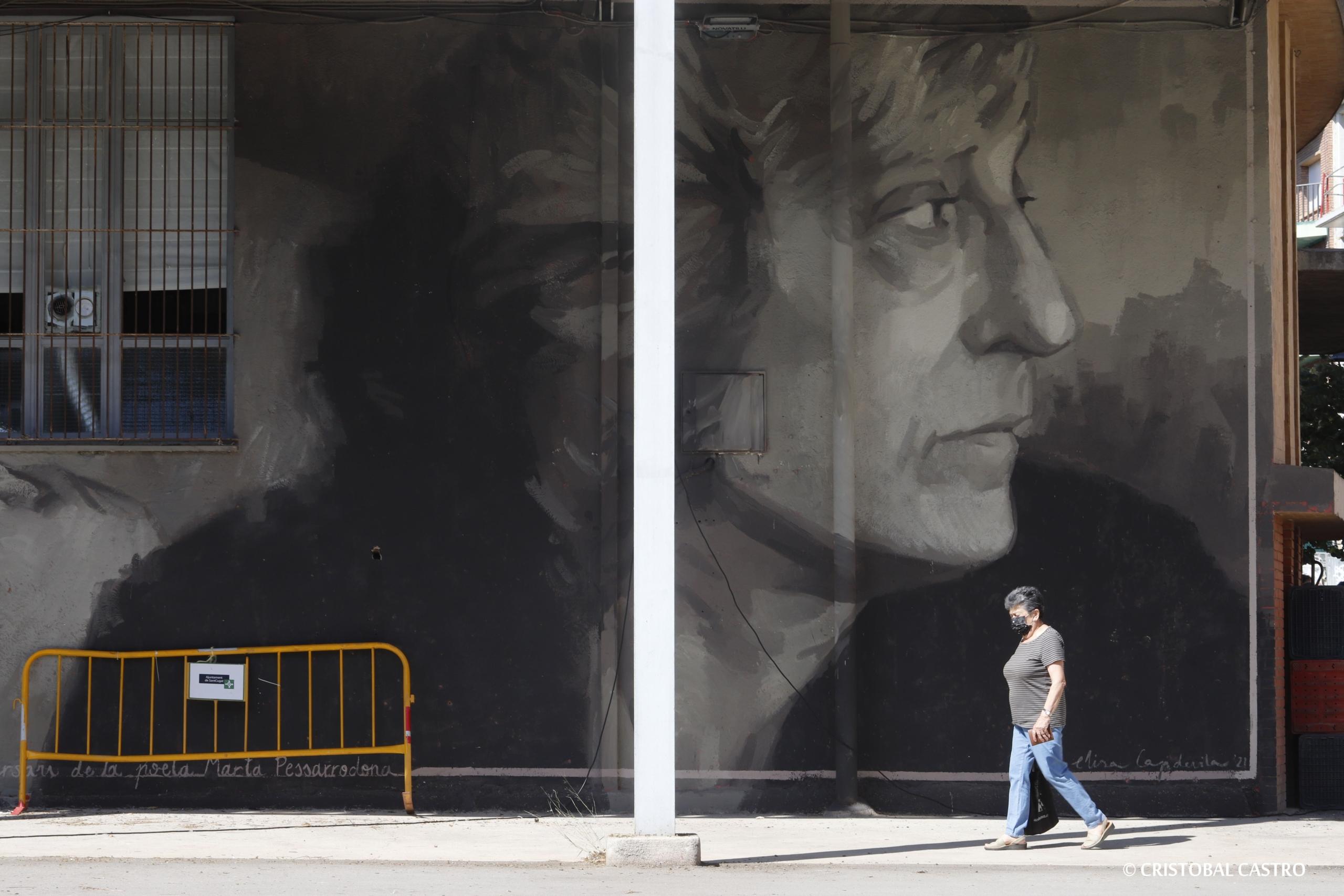Marta Pessarrodona, en un gran mural a la Casa de Cultura de Sant Cugat   Cristóbal Castro