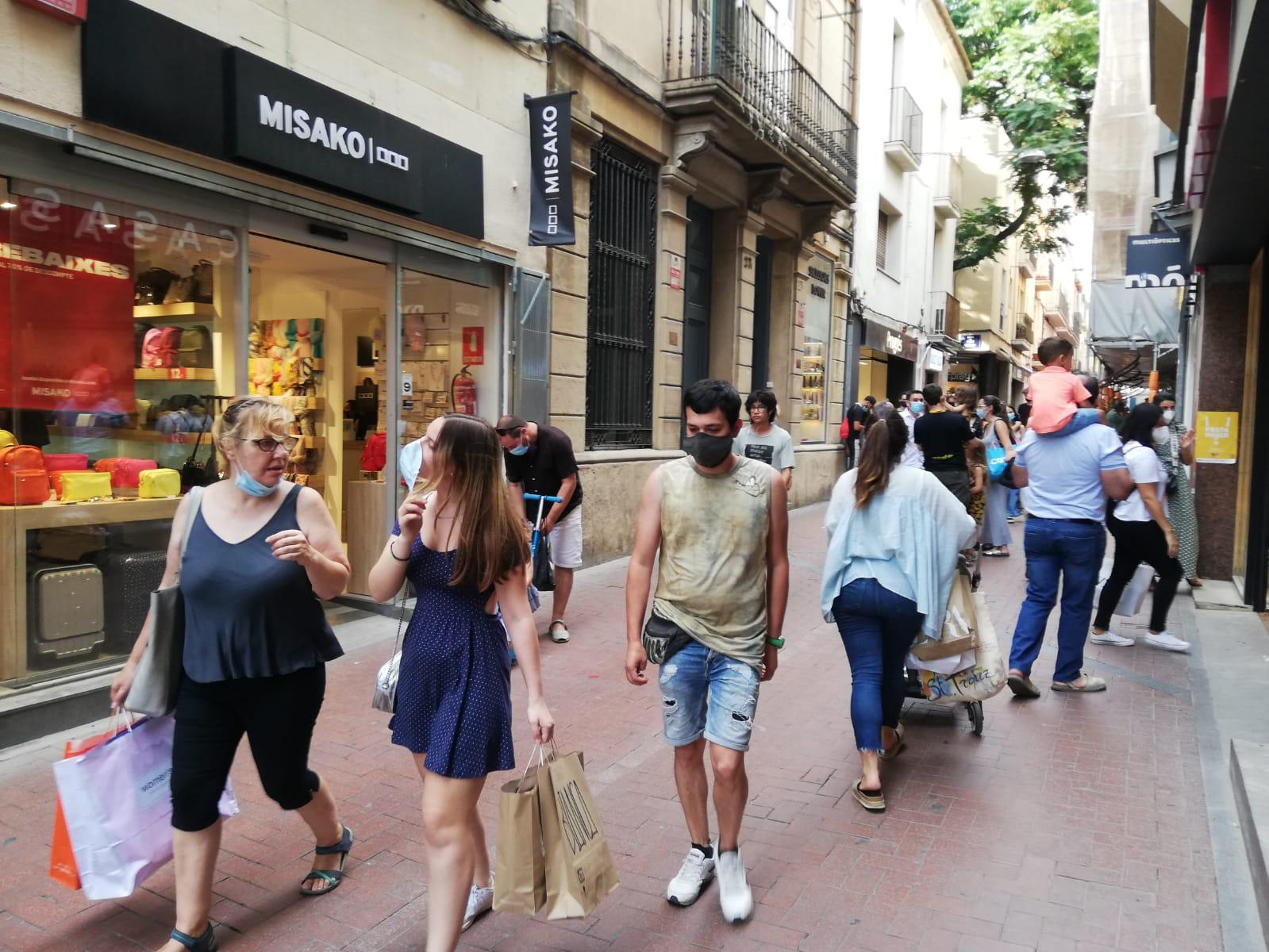 Flux de persones circulant pel carrer Sant Pere de Terrassa | Anna Solernou