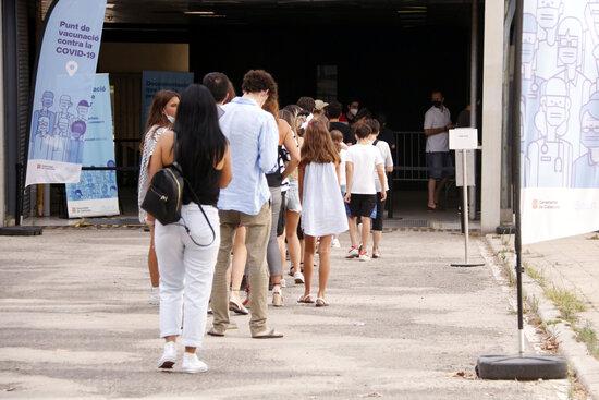 Cua de gent a Fira de Barcelona, en el primer dia que s'ha obert la vacunació sense cita prèvia de 16 a 20 hores, el 10 d'agost del 2021 | ACN