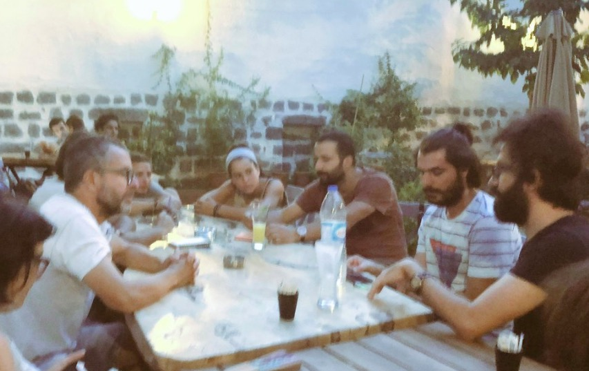 El regidor Pep Forn parlant amb membres de l'Acadèmia de Cinema de l'Orient Mitjà   P.F.