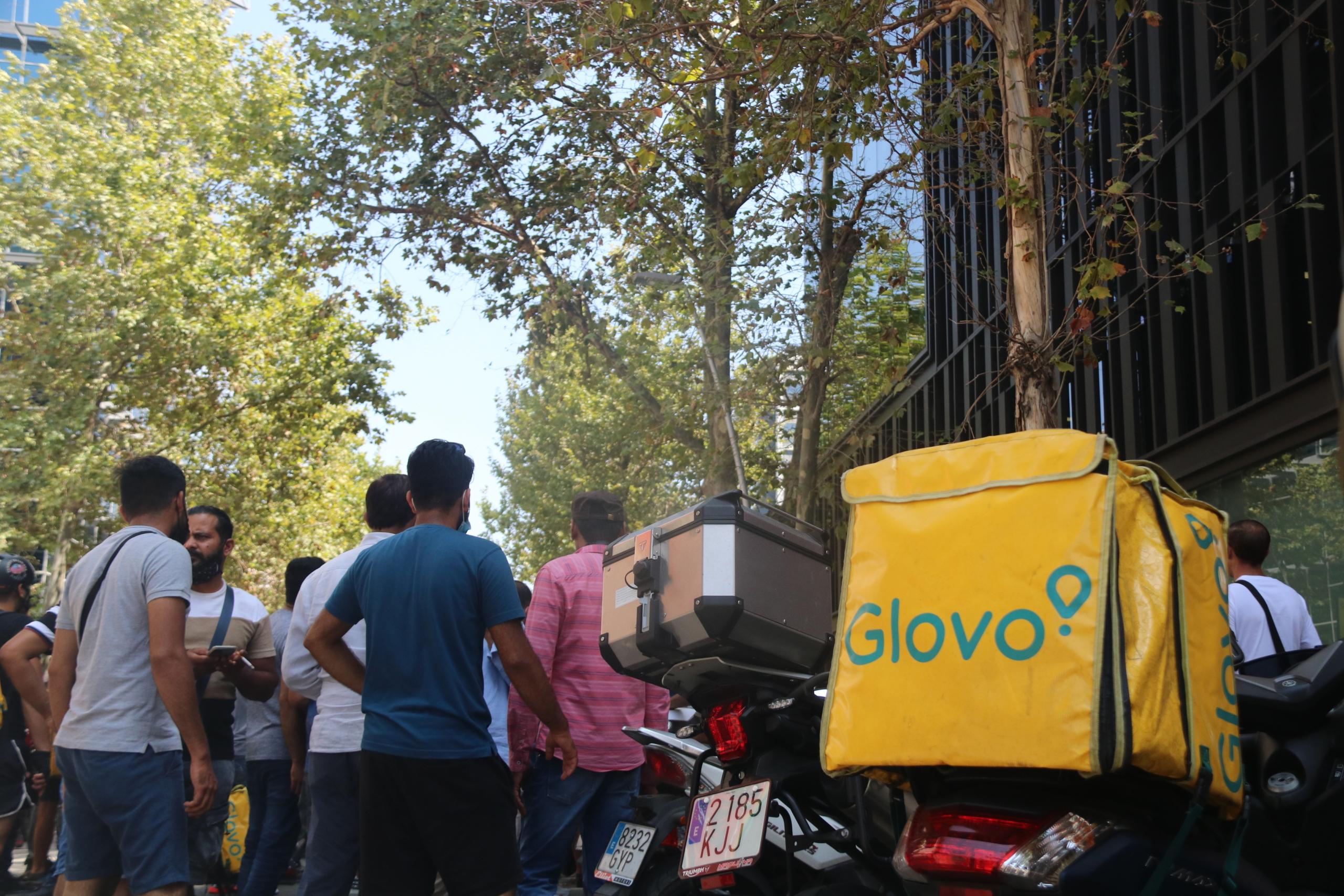 Pla obert d'una motxilla de Glovo davant la seu de l'empresa, situada al barri del Poblenou de Barcelona, on aquest dilluns s'han manifestat més d'un centenar de 'riders'. Imatge del 16 d'agost de 2021 | ACN