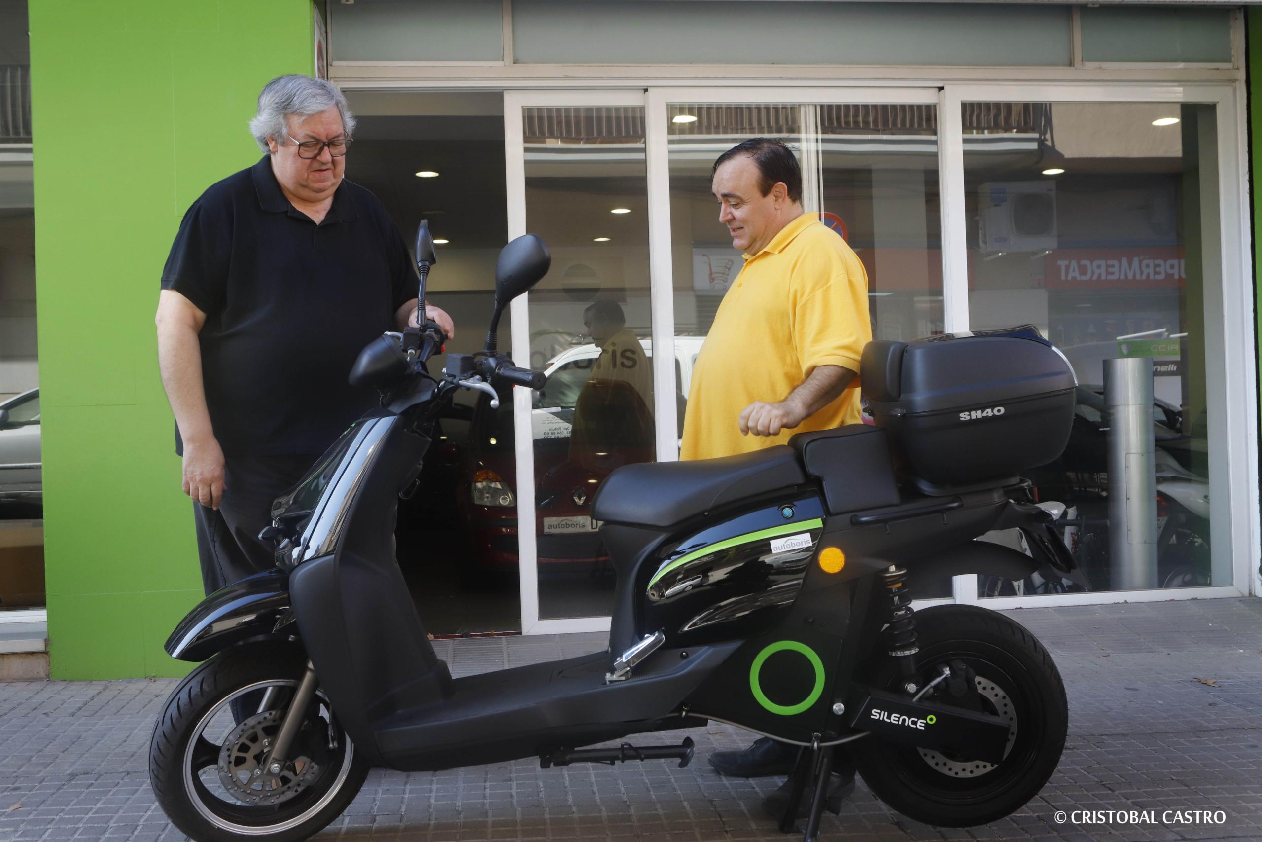 Miquel Baco, de Don Piso, recollint la moto elèctrica a Autoboris Terrassa | Cristóbal Castro