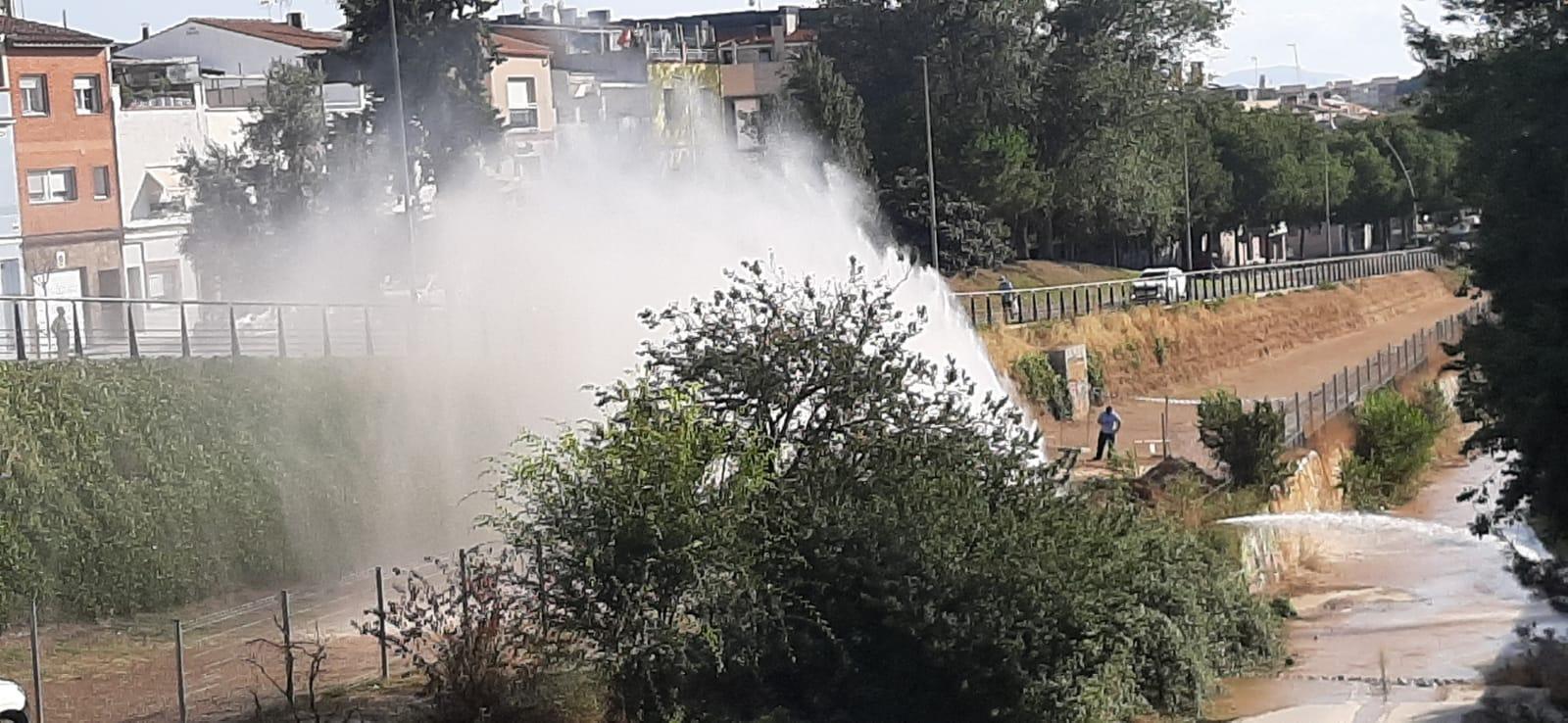 Gran fuita d'aigua a la riera del Palau de Terrassa   Cedida
