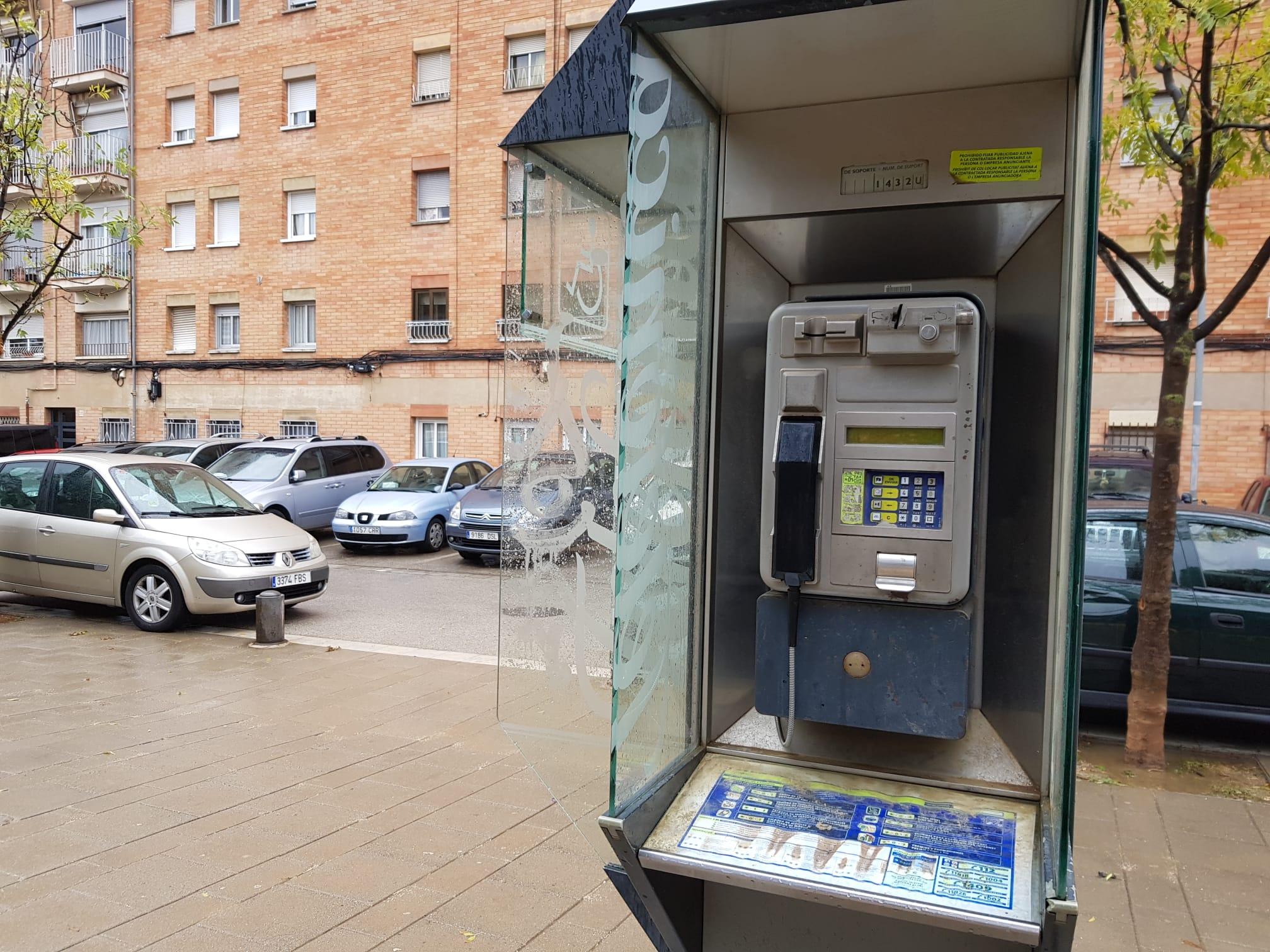 Cabina telefònica al barri de Guadalhorce, una de les poques que hi ha a Terrassa | Lluïsa Tarrida
