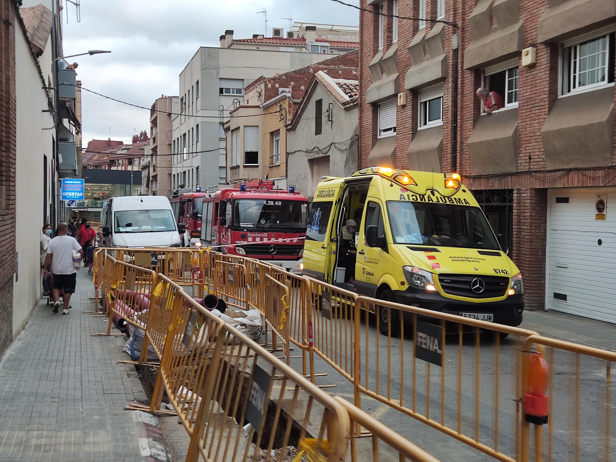Actuació dels Bombers i Policia al carrer Arquimedes de Terrassa | Jordi Hernández