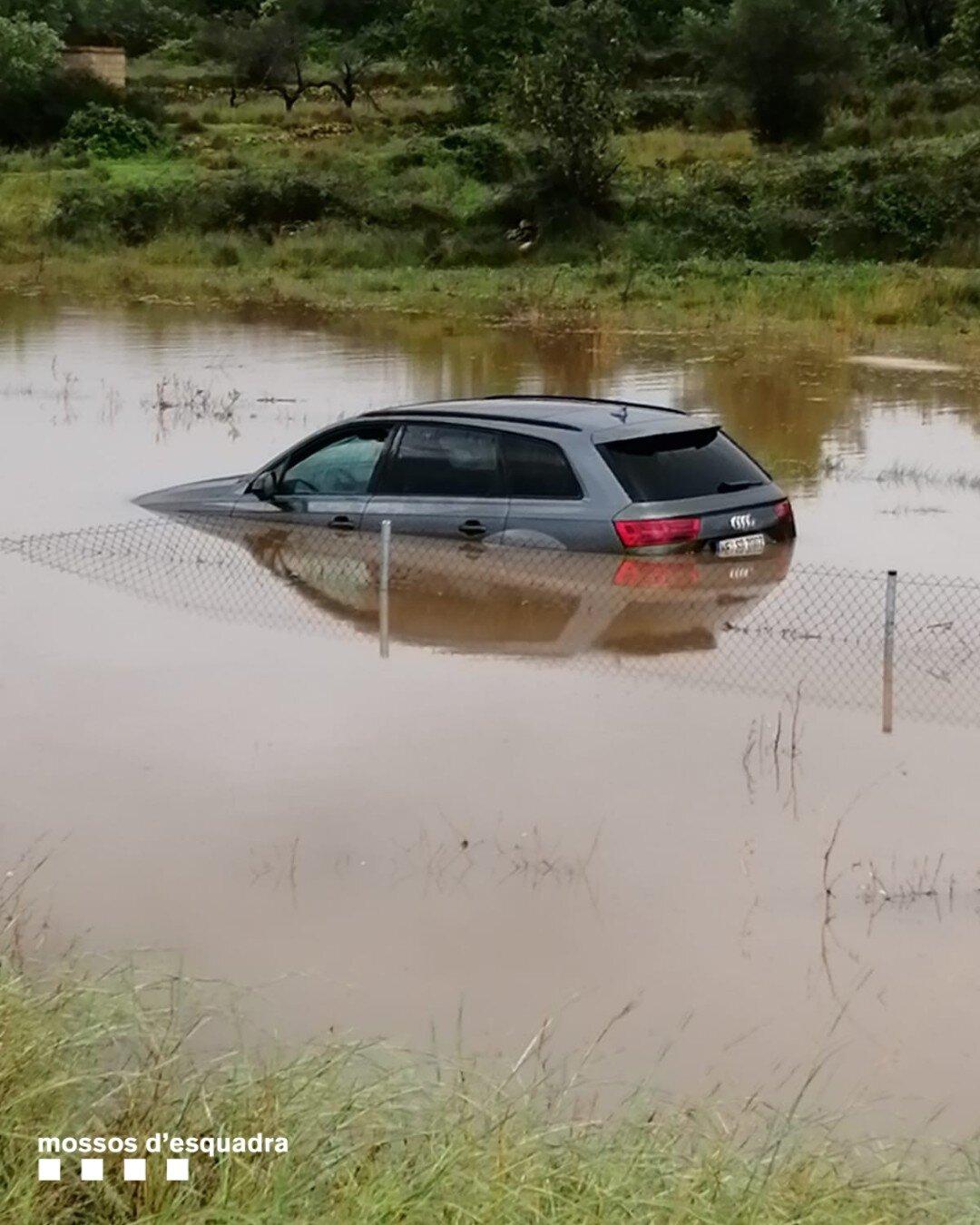 Pla obert d'un cotxe completament inundat a per els aiguats al Montsià i el Baix Ebre. Imatge cedida l'1 de setembre del 2021 (Vertical)