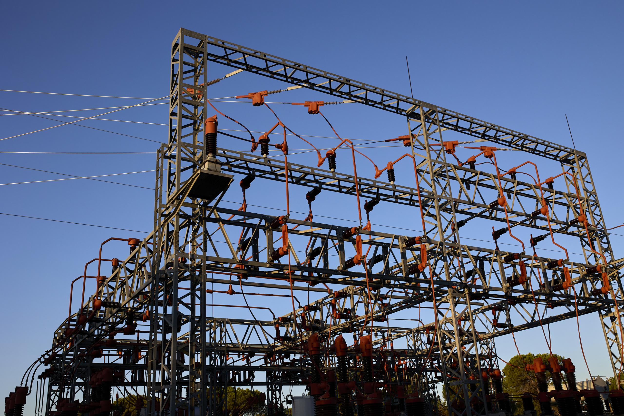Una central eléctrica, a 21 de agosto de 2021, en Madrid (España). El precio medio diario de la electricidad en el mercado mayorista caerá este domingo un 8,74%, por lo que desciende por segunda jornada consecutiva, aunque se mantendrá por encima de los 100 euros por megavatio hora (MWH). En concreto, el precio para este domingo será de 100,51 euros/MWh. De esta manera, el precio de la luz en el 'pool' eléctrico vuelve a alejarse algo de los récords con los que coqueteó el pasado viernes, con un precio medio para ese día de 117,14 euros/MWh, el segundo más alto de la serie histórica. 21 AGOSTO 2021;LUZ;TARIFA ELÉCTRICA;ENERGÍA;CENTRAL ELÉCTRICA;PRECIO DE LA LUZ Jesús Hellín / Europa Press 21/8/2021