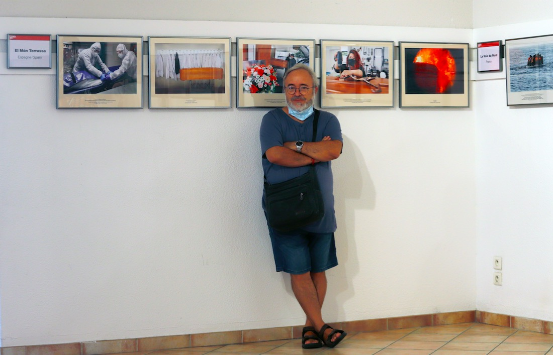 Cristóbal Castro amb les fotografies presents al Visa pour l'Image   C.C.