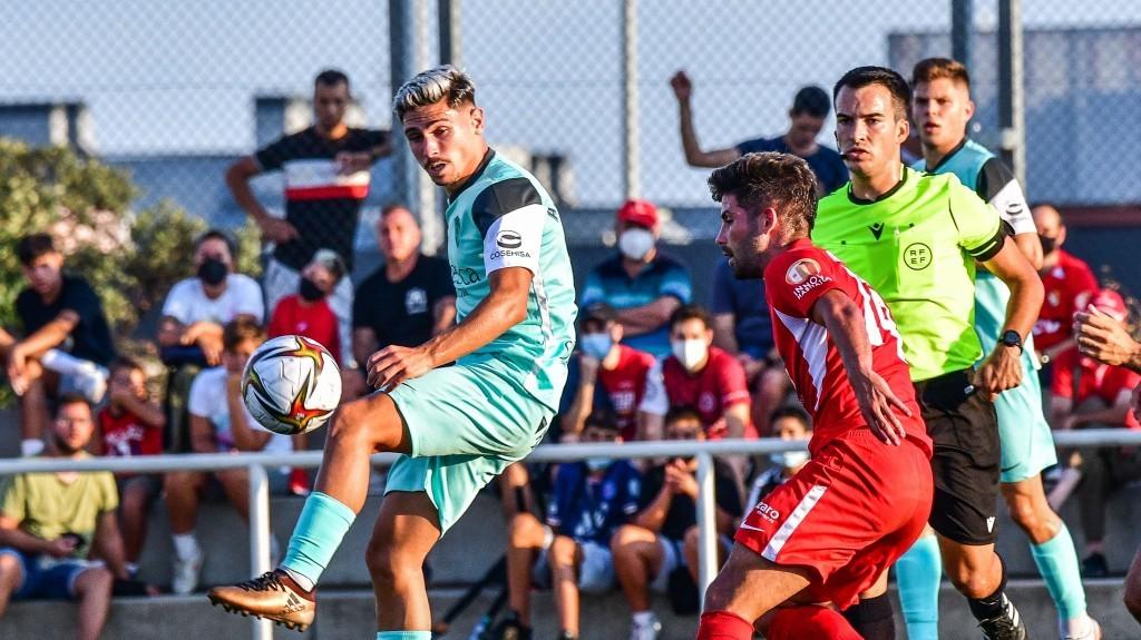 Jugada del partit del Terrassa FC contra el Huesca B al municipal de Ca n'Anglada   SD Huesca