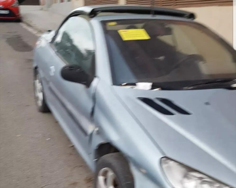 El cotxe abandonat al carrer Navas de Tolosa de Terrassa | Cedida