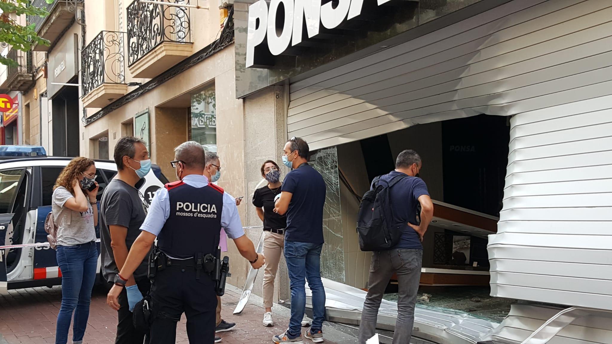 El regidor Xavi Fernández observant la destrossa a la joieria Ponsa   Cristóbal Castro