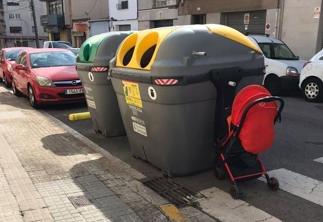 Cotxets i persones queden amagades en el pas de vianants per als cotxes | Sara RM