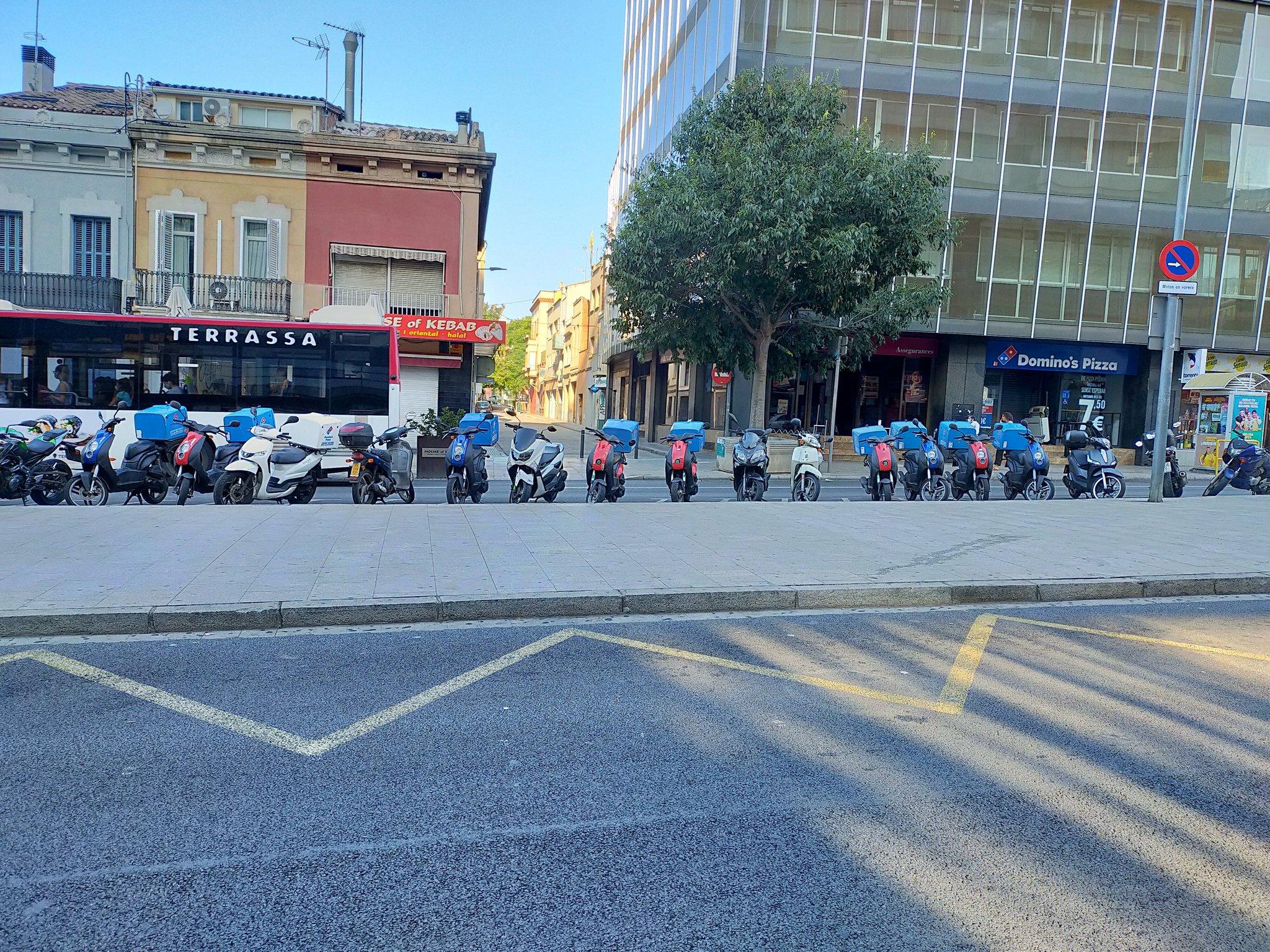 Les motos ocupant el llarg aparcament públic a la Rambla | Jordi Arnaiz
