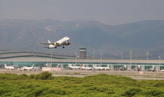 Imatge d'un avió enlairant-se a l'aeroport del Prat | ACN