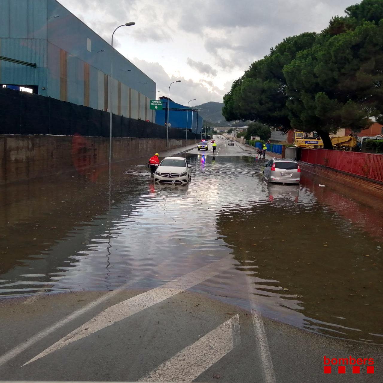Els dos cotxes atrapats per l'aigua en un carrer del polígon industrial del Llobregat a Castellbisbal, el 18 de setembre del 2021 (Horitzontal).