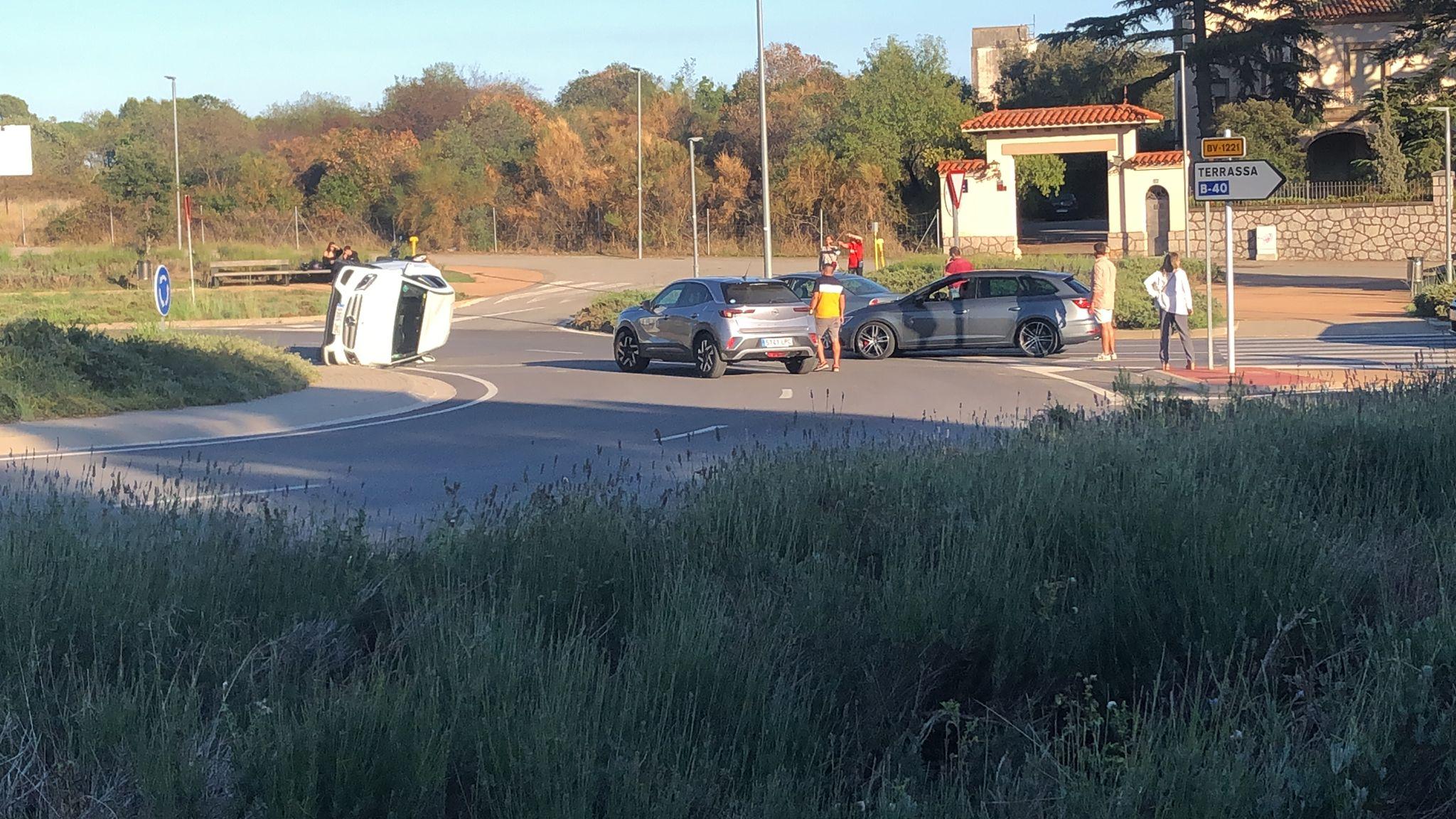 Accident de trànsit amb cotxe bolcat a la carretera Matadepera a Terrassa | Marsal Mauri