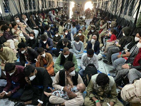 Pla general de l'interior d'un avió de l'exèrcit espanyol ple de persones que marxen de l'Afganistan | ACN