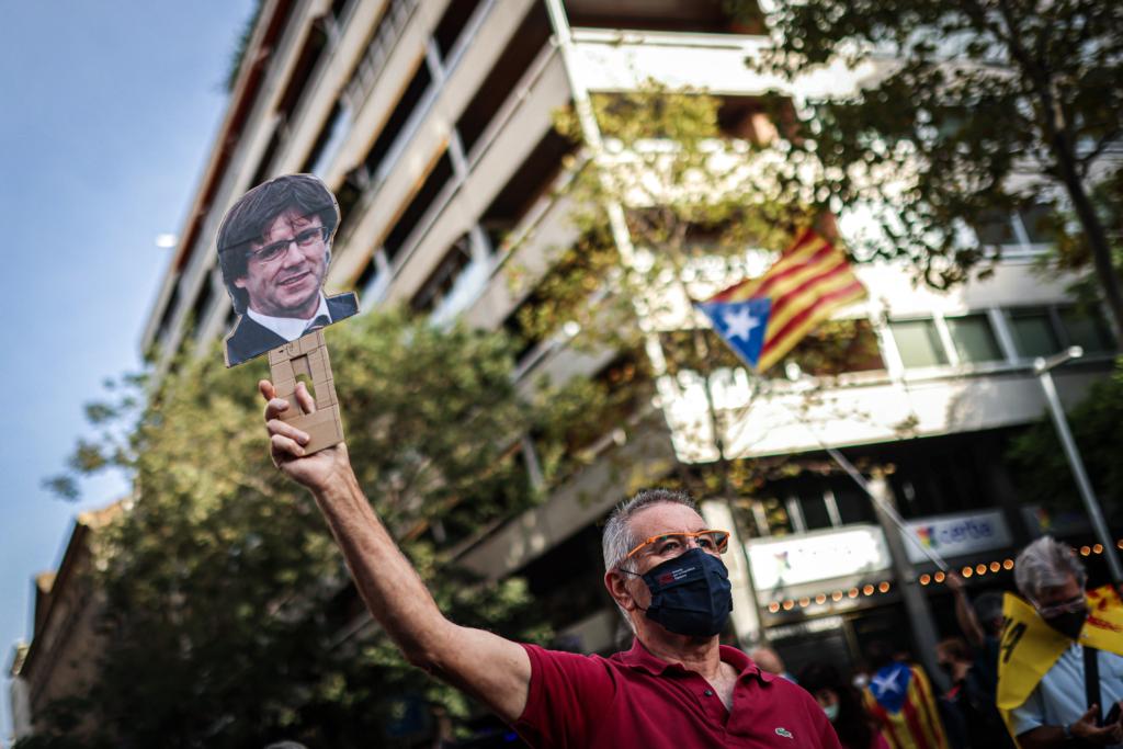 Manifestant davant el Consolat Italià aquest matí | El Món