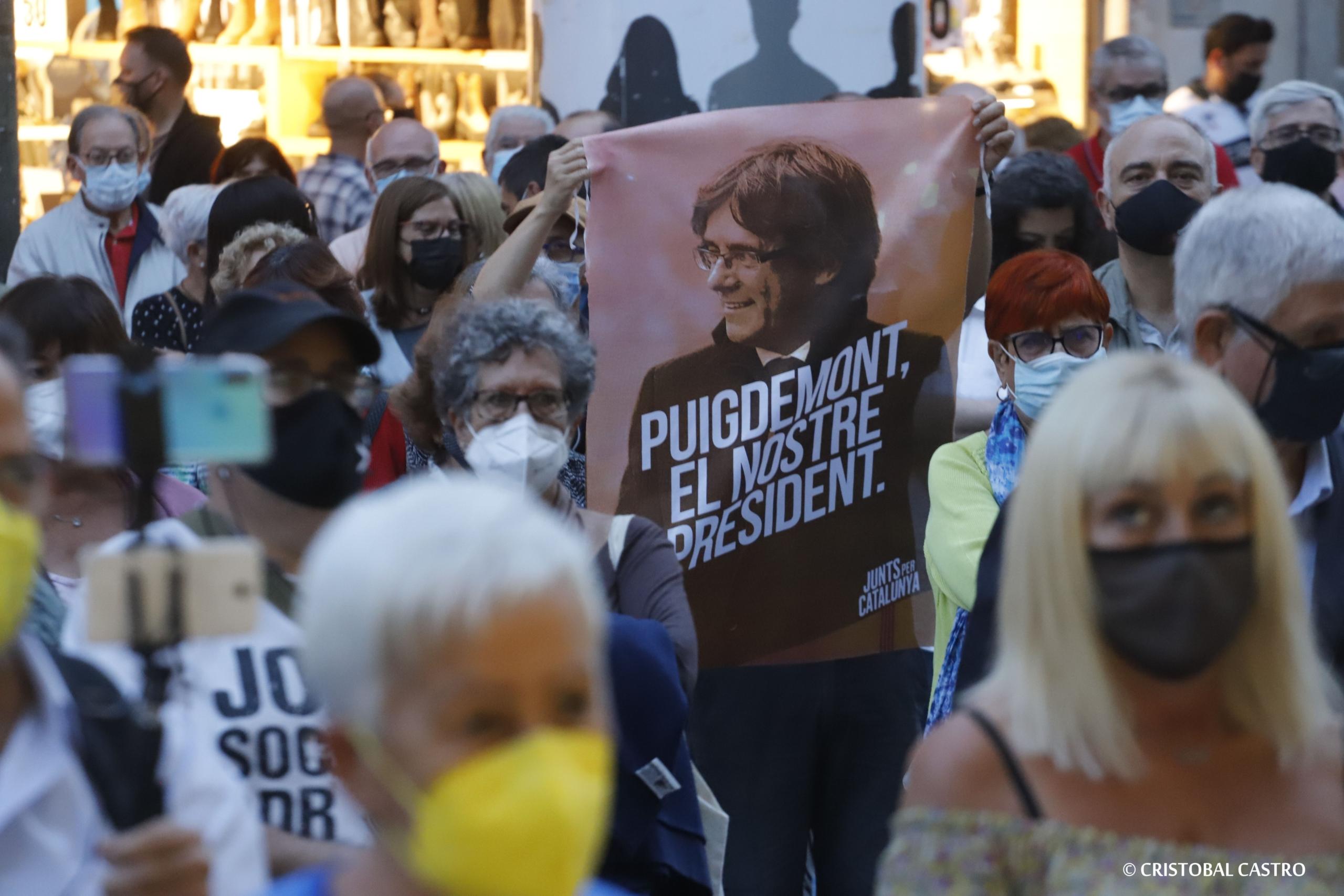 Centenars de persones s'han concentrat al Raval de Montserrat per demanar la llibertat de Carles Puigdemont | Cristóbal Castro