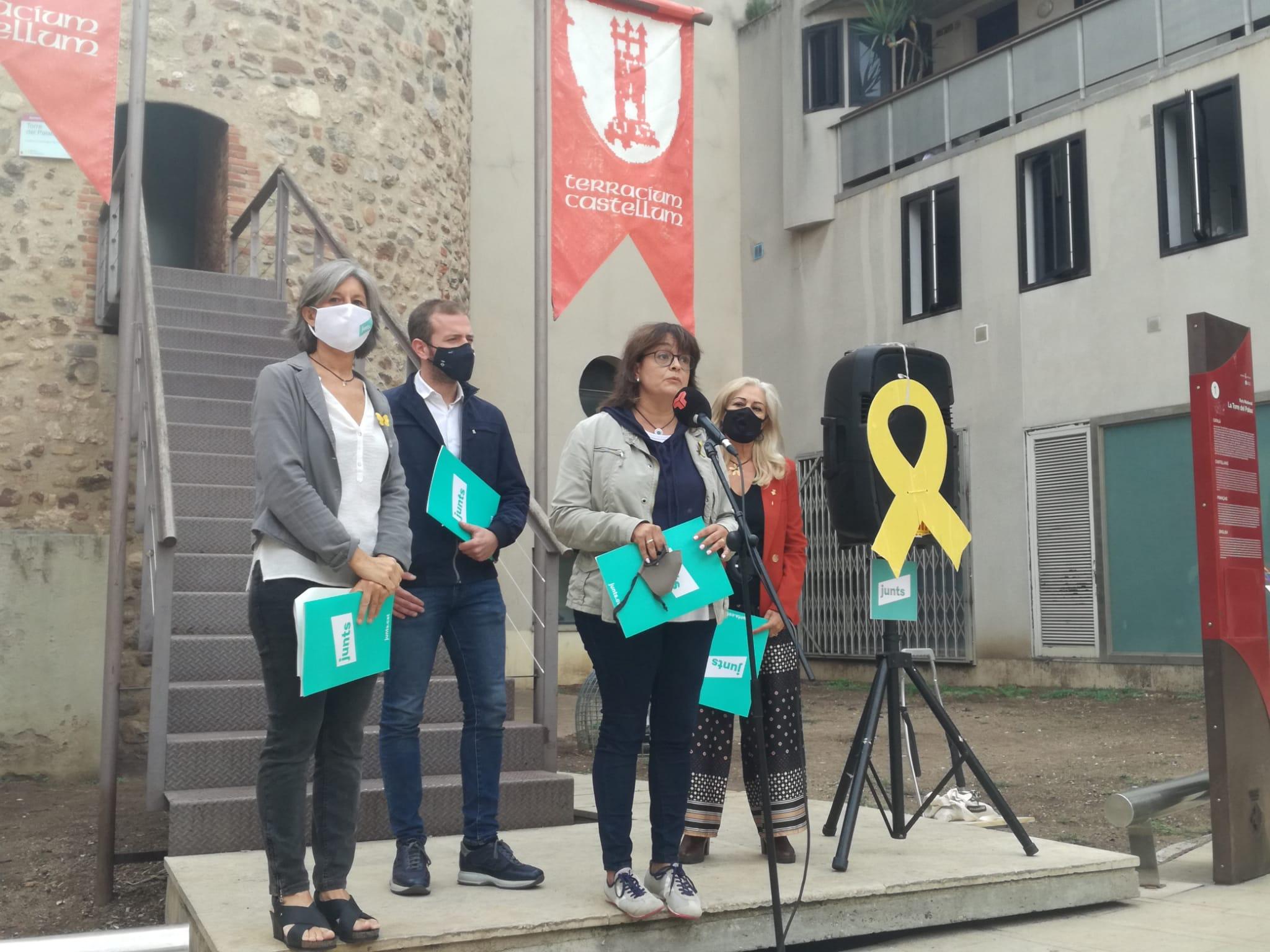 Meritxell Lluís durant la seva intervenció, juntament amb Carmela Fortuny, Nil López i Cesca Berenguer | Laura Gómez