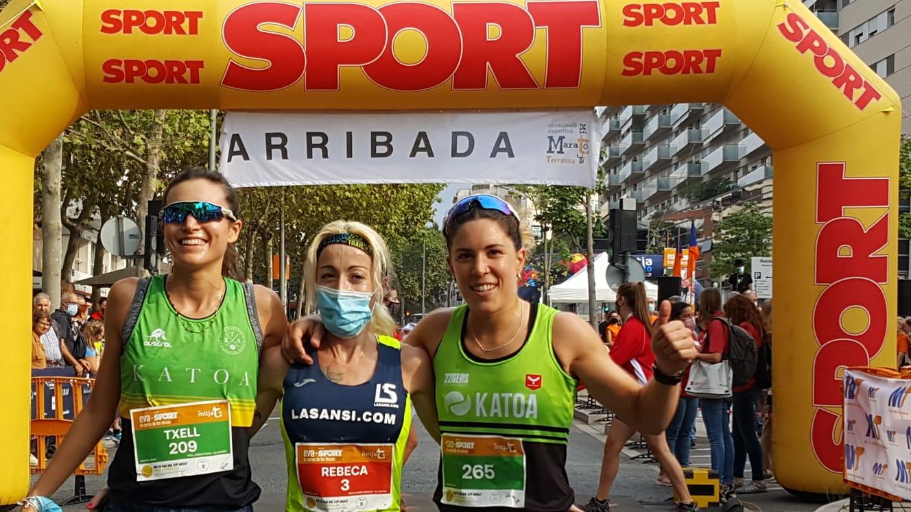 Les tres guanyadores de la Cursa de les Dones 2021 a Terrassa, amb Rebeca Suarez, al mig | Cristóbal Castro