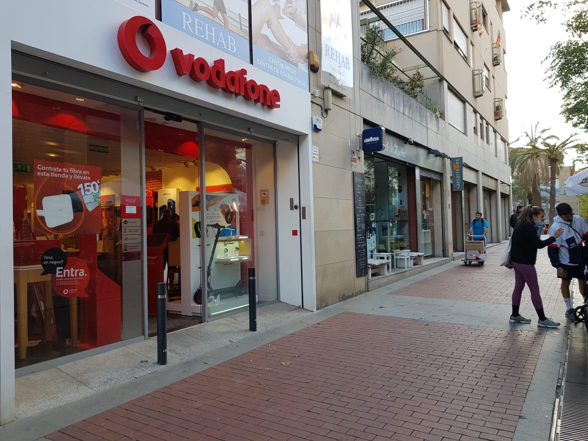 L'establiment Vodafone, al carrer Joan Coromines de Terrassa | Lluïsa Tarrida