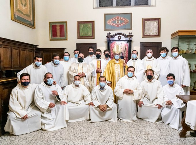 Els quatre nous preveres acompanyats dels seus companys al seminari | Bisbat de Terrassa