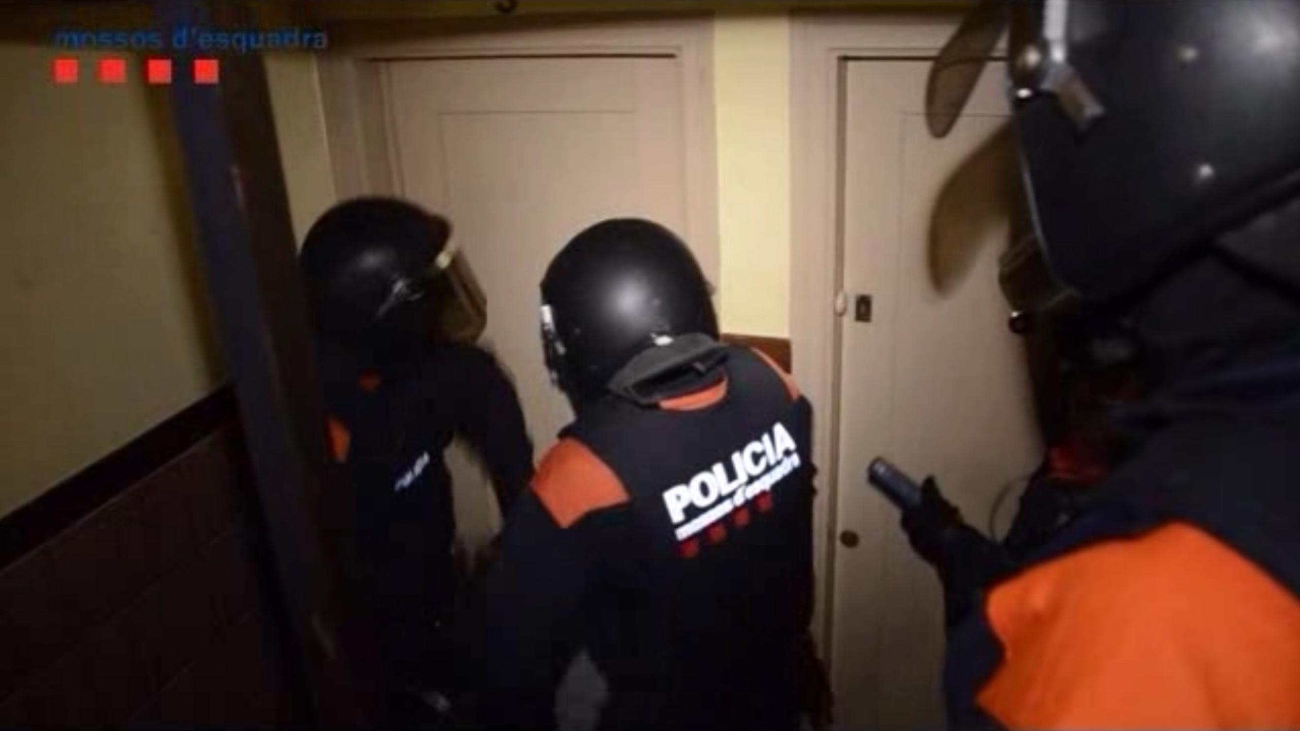 Pla conjunt de diversos mossos durant l'operatiu contra un grup especialitzat en assaltar cases a les comarques gironines. Imatge del juny del 2018.   ACN