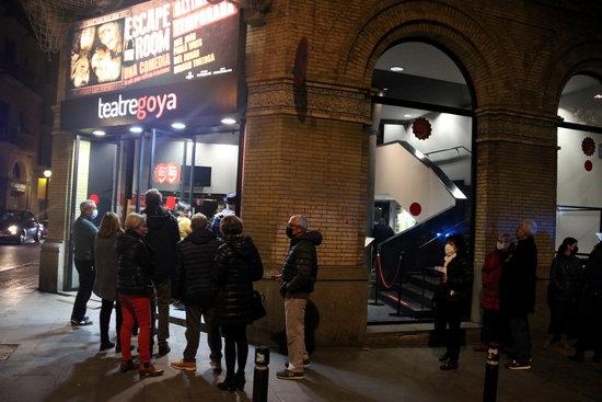 Cua d'espectadors a les portes del Teatre Goya per a la primera funció després de l'aixecament del tancament cultural | ACN