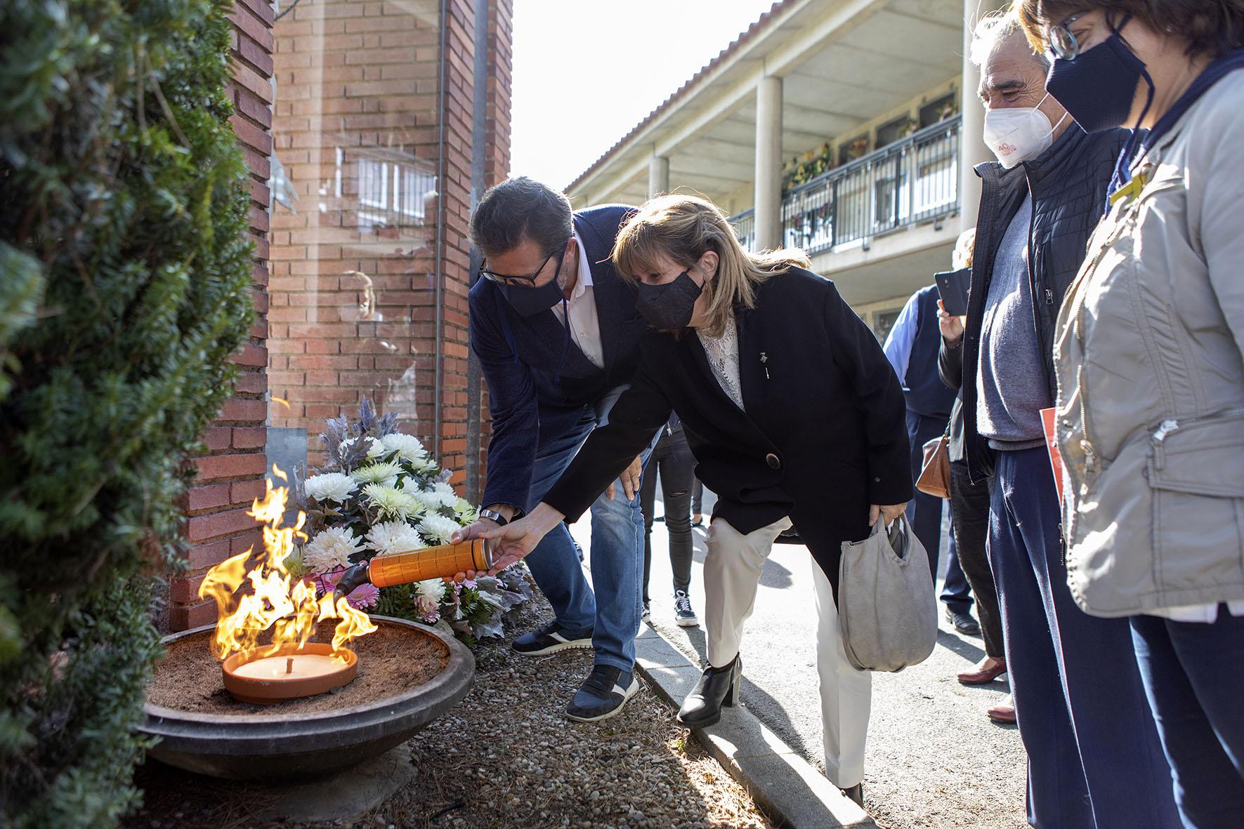 Isaac Albert fent l'encesa del peveter del monument en record a les víctimes de la riuada del 62 | Ajuntament de Terrassa