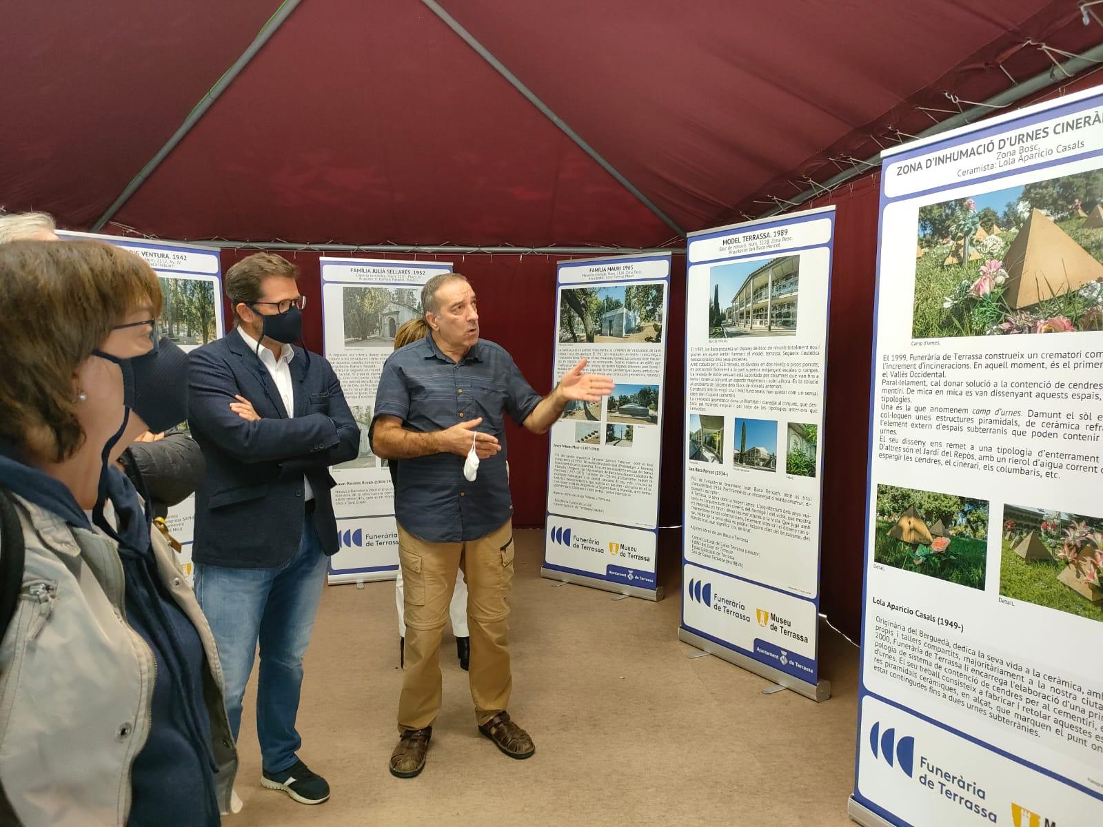 Antonio Mora i Isaac Albert durant la visita a l'exposició | Laura Gómez