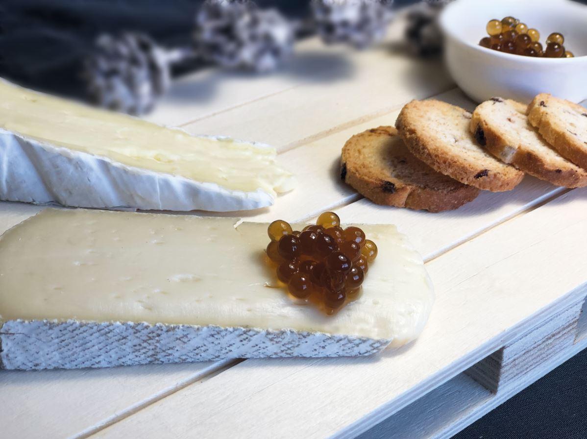 Caviar de mel sobre uns talls de formatge